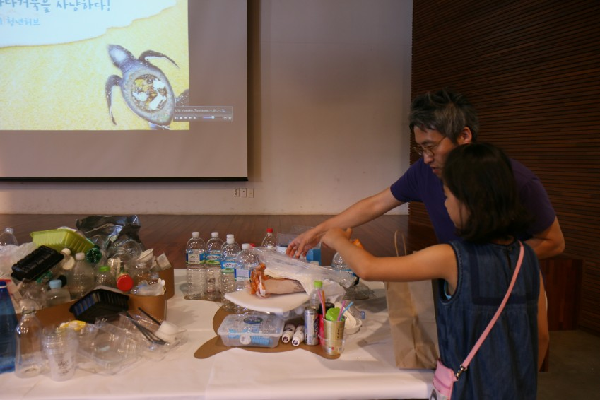 정기강좌 2강 참가자들은 직접 가져온 플라스틱 쓰레기로 바다거북 형태의 설치 미술품을 만드는 데 참여했다. - 어린이과학동아 제공